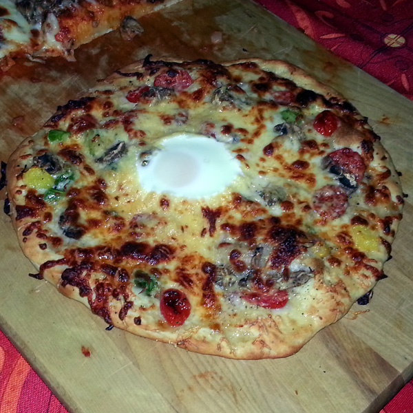 Gouda pizza with egg